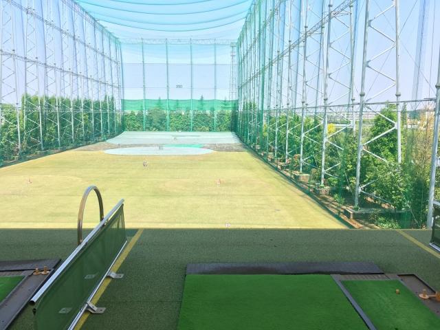 フラットな地形のゴルフ練習場